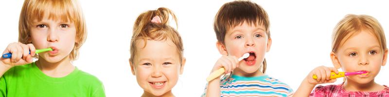 Kinderen poetsen hun tanden